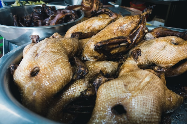 Уличная еда жареная утка
