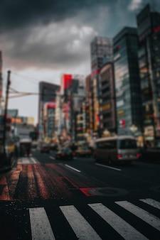 夜の東京の繁華街の通り
