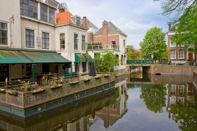 Улица в старом городе гаага, голландия