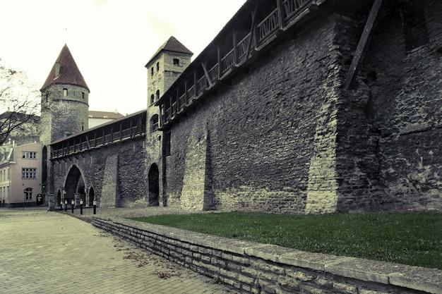 古い石の壁があるタリンの旧市街の通り