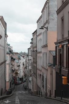 Улица в париже в районе монмартра
