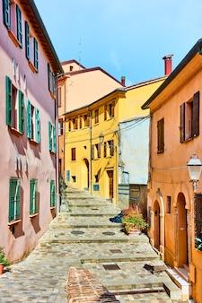 이탈리아 에밀리아-로마냐주 리니니 지방에 있는 산타칸젤로 디 로마냐 마을의 거리. 이탈리안 뷰