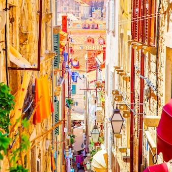화창한 여름날, 크로아티아 두브로브니크 구시가지의 거리. 도시 풍경. 정사각형 자르기