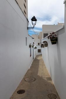 ニジャールの旧市街の通り。アンダルシア。スペイン。
