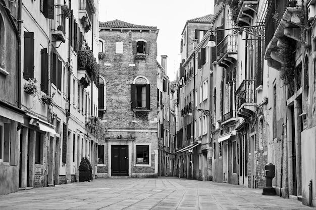 이탈리아 베니스의 거리. 검정색과 흰색