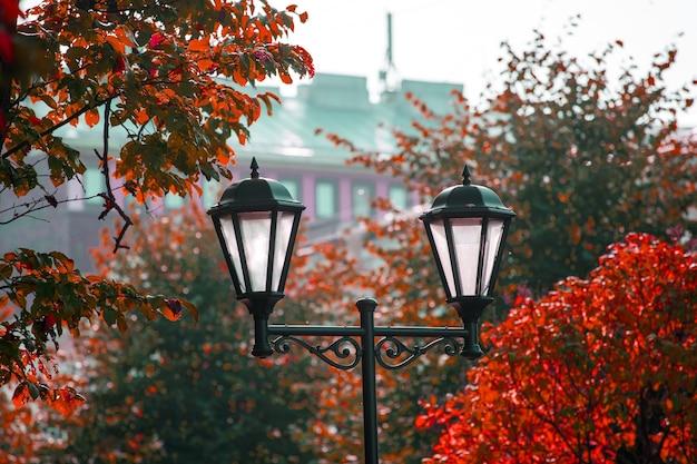 Уличный фонарь против голубого неба