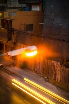 Уличный фонарь и осветительная машина на дороге