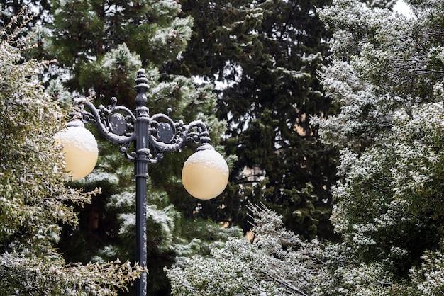 Уличный фонарь засыпан снегом