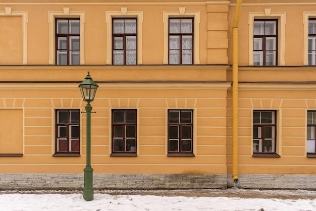 冬の時間の古い家の古いスタイルの街路灯