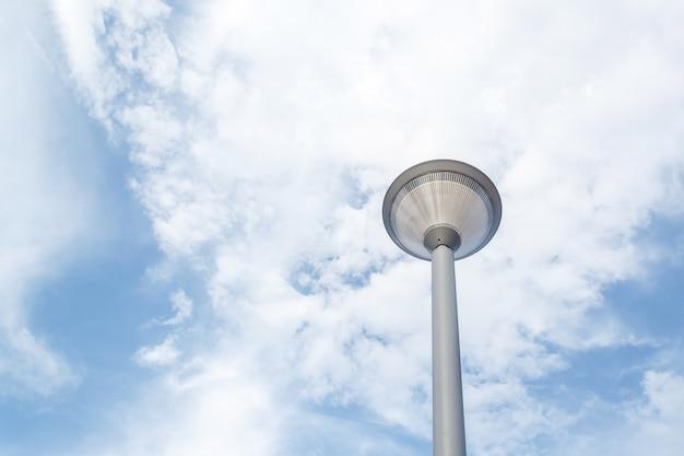 푸른 하늘에 가로등 프리미엄 사진
