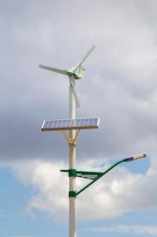 Da에 태양열 패널과 작은 풍력 터빈이 있는 가로등 기둥
