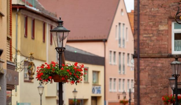 Уличный фонарь с цветами на улице