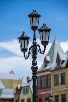 Уличный фонарный столб на фоне старых зданий на острове фукуок, вьетнам. классические викторианские уличные фонари на старомодном железном фонарном столбе, крупным планом