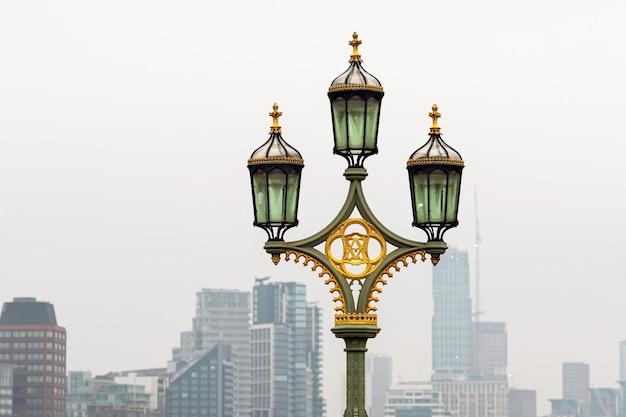 ウェストミンスター橋の街灯、背景の高層ビル、ロンドン、イギリス-画像