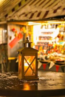 밤에 크리스마스 시장에서 거리 랜 턴 리가, 라트비아, 동유럽입니다.