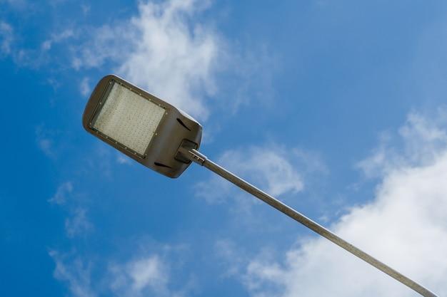 Уличный фонарь на небе с фоном белых облаков современный уличный светодиодный столб освещения