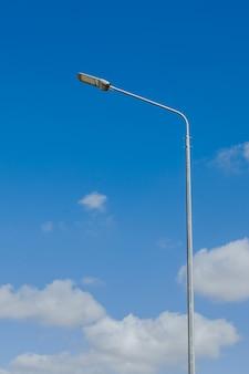 白い雲の背景と空のストリートランタンモダンなストリートled照明ポールコピースペース