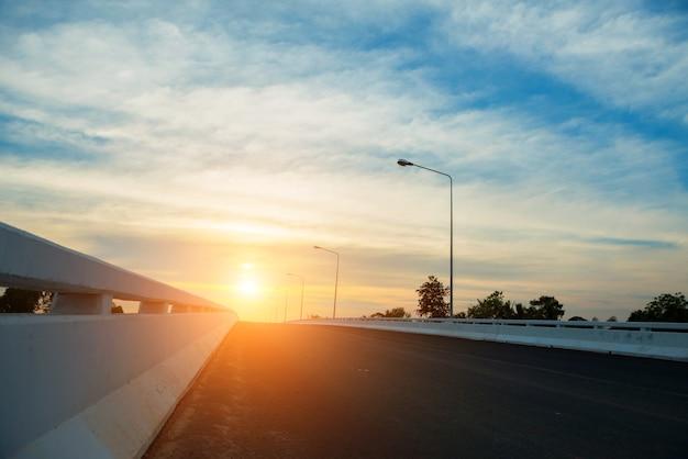 Уличный свет и закатное небо