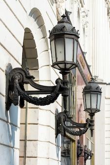 Уличные фонари в центре здания