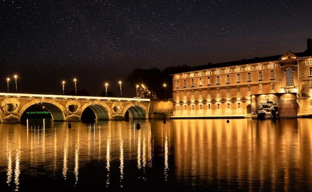 프랑스 툴루즈의 garonna 강과 pont neuf 다리에 반영된 가로등