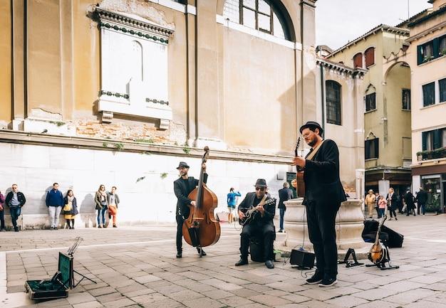 Уличные музыканты на площади венеции в италии