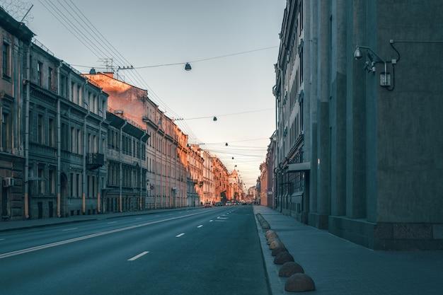 サンクトペテルブルクの歴史的中心部の通り。人のいない空の街