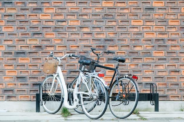 Уличная парковка велосипедов от стены