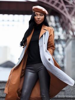 Уличный портрет красивых женщин в берете, шляпе и пальто, путешествующий взгляд, готовый к путешествию
