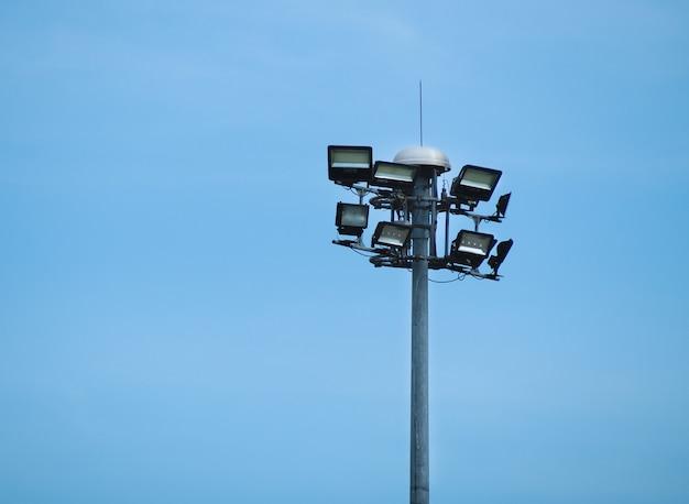 Street public светильник с опорой освещения на фоне голубого неба