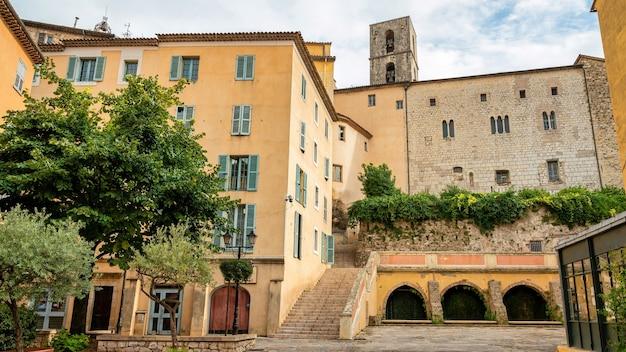 町の街並み。伝統的な建物、フランス、グラースの緑