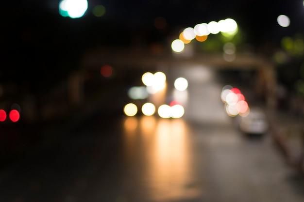 자동차 조명의 보케가 있는 밤의 거리 사진