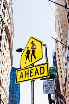 道路標識の先に柱 無料写真