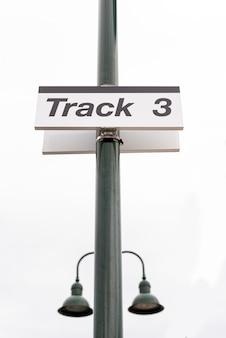 道路標識とライトのクローズアップ