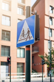 道路標識の歩行者とサイクリストの交差点。