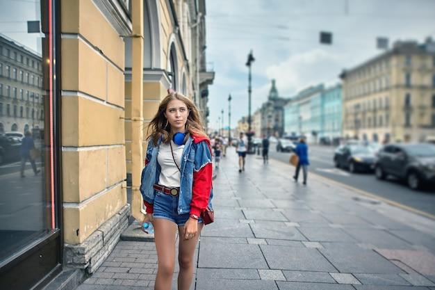 Уличный стиль молодой женщины 20 лет.