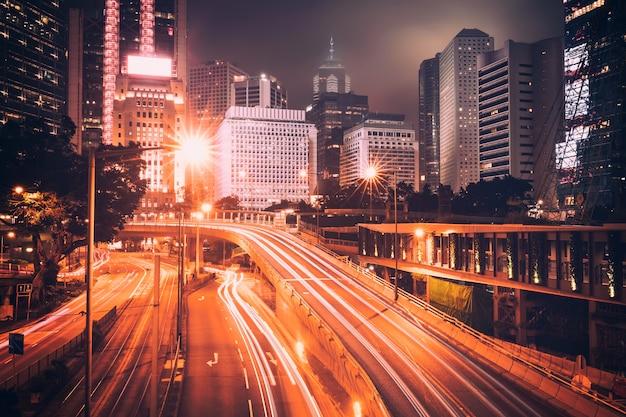 Уличное движение на закате сумерки в гонконге.