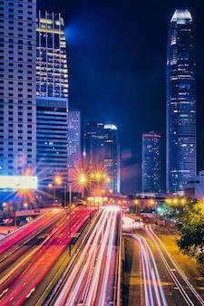 夜の香港の街路交通