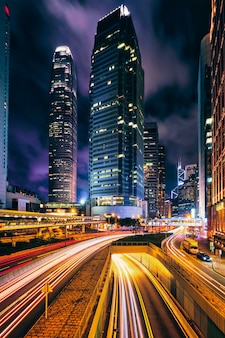 밤에 홍콩에서 거리 교통