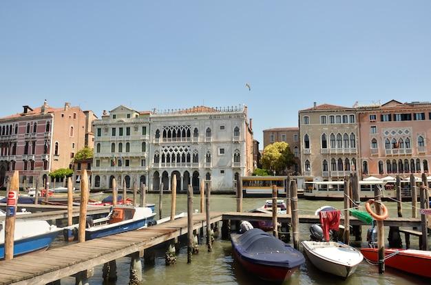 Просмотр улиц в венеции, старые дома. улицы и каналы венеции. просмотр улиц в венеции, италия.