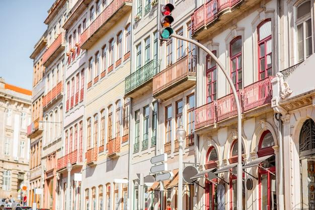 Просмотр улиц на красивых старых зданиях с португальской плиткой на фасадах в городе порту, португалия