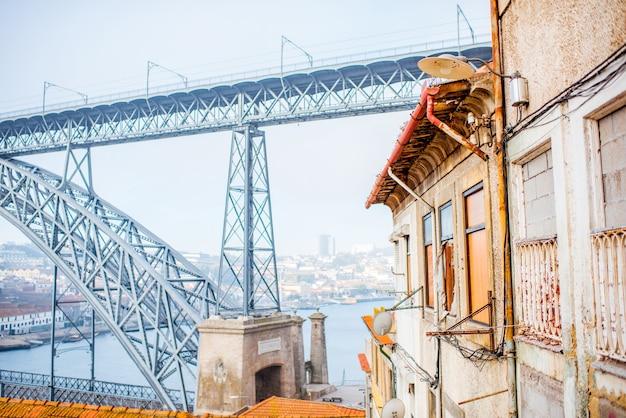 포르투갈의 아침 햇살 동안 포르투 시의 아름다운 오래된 건물과 유명한 다리가 있는 거리 전망