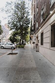 Vista sulla strada con edificio e auto parcheggiate