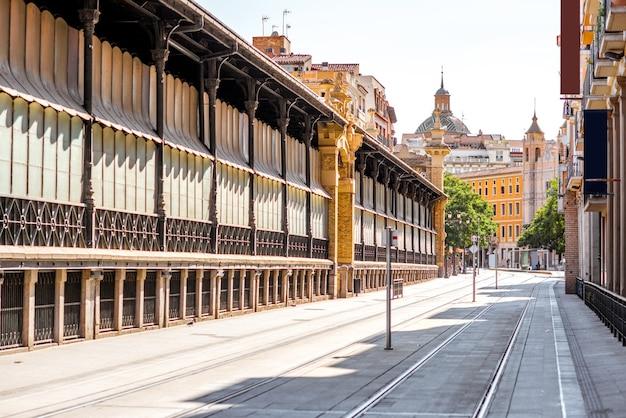 スペインのサラゴサ市の中央食品市場の建物とストリートビュー