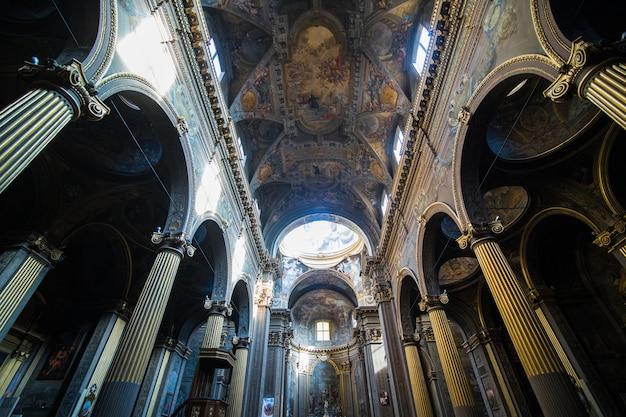 Street view con galleria nella città di bologna in italia
