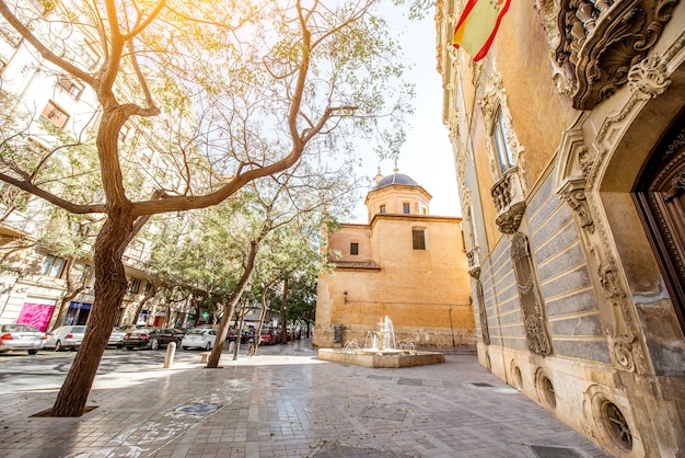 スペインのバレンシア市にある聖フアン教会と陶磁器と装飾芸術の博物館のあるストリートビュー