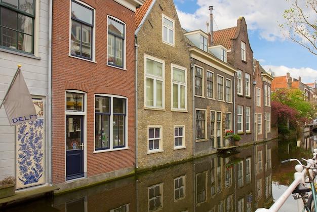 春のデルフトの旧市街、オランダの運河のある通り