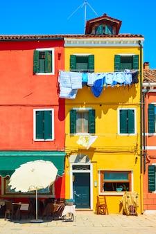 Улица с красочными домами на острове бурано, венеция, италия
