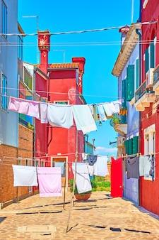 이탈리아 베니스 부라노 섬의 야외 건조 린넨이 있는 거리
