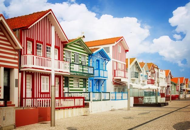 典型的な縞模様の家のある通りコスタノヴァ、アヴェイロ、ポルトガル、レトロなトーン