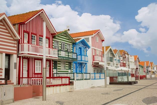典型的な縞模様の家がある通りコスタノヴァ、アヴェイロ、ポルトガル